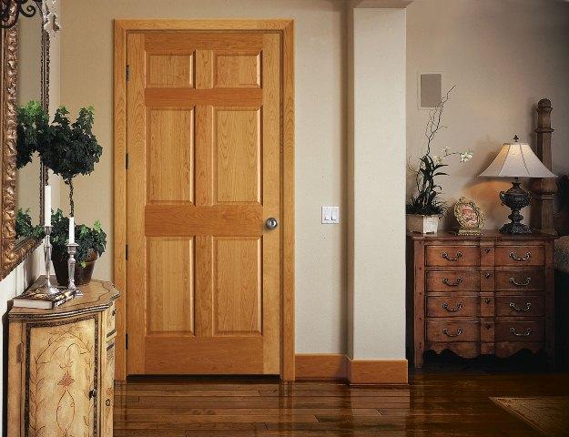 сочетание плинтусов дверей и пола